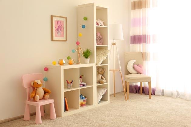 Стеллаж с игрушками и округлая детская мебель