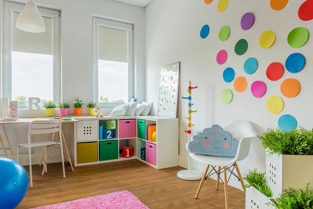 Разноцветные коробки для хранения вещей