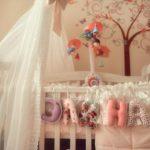 Детская кроватка с украшением для новорожденной девочки