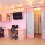 Письменный стол для двоих девочек в большой спальне