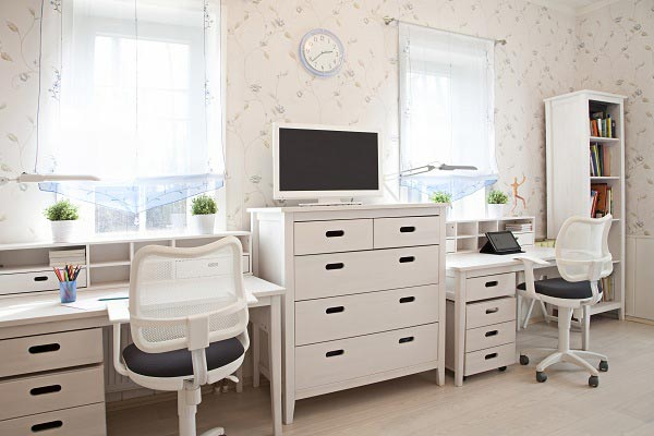 Обустройство рабочего места для двоих детей в просторной комнате