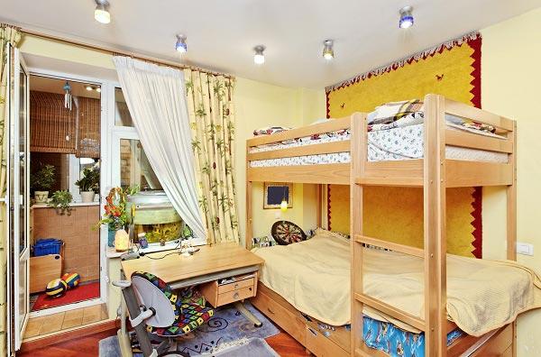 Двухъярусная кровать из дерева с простой лестницей в интерьере комнаты для мальчиков