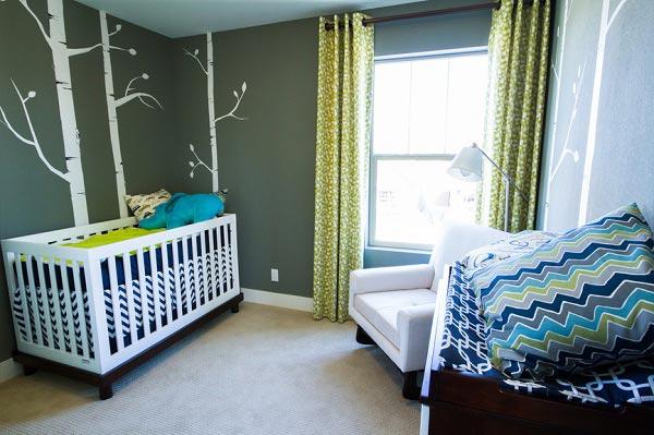 Комната для новорожденного с рисунком на стене