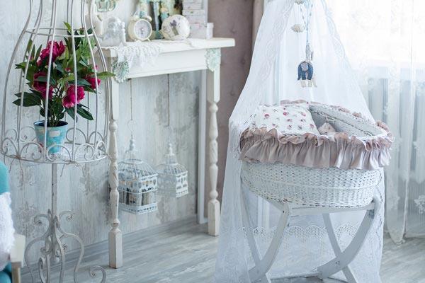 Оформление кроватки-люльки в стиле шебби шик и резная мебель