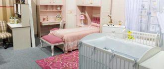 Кроватка с комодом в детской для новорожденного