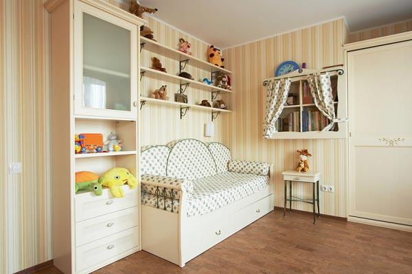 Дизайн комнаты для девочки в светлом бежевом оттенке с белой мебелью