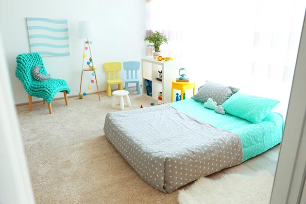 Вязаный плед в комнате для маленького ребенка