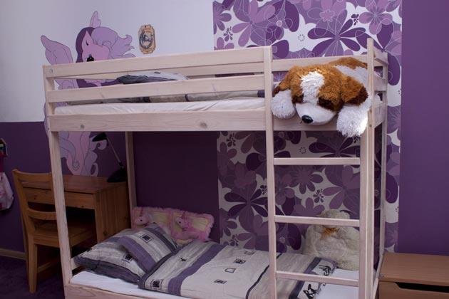 Двухъярусная кровать у стены, украшенной росписью