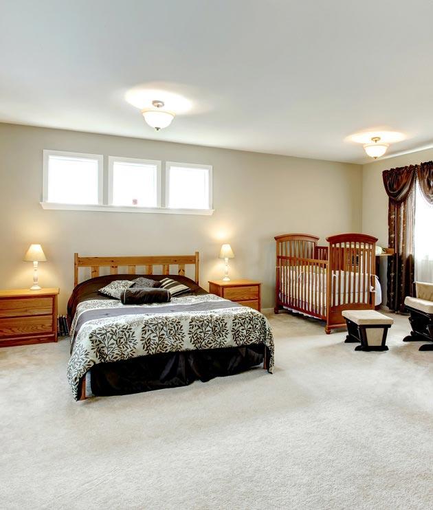 Деревянная детская кроватка в спальне родителей