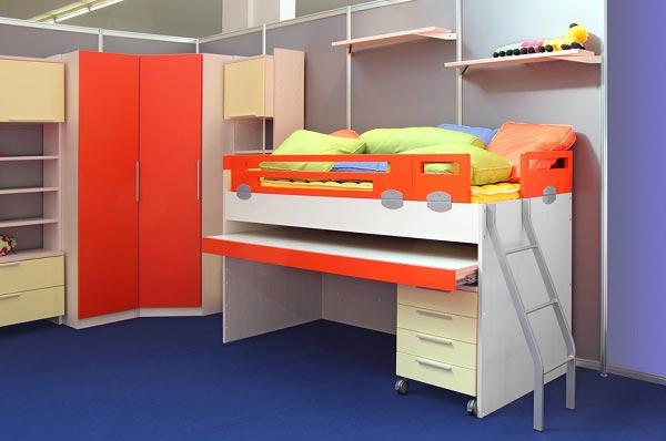 Комплект мебели из шкафа и кровати чердака со спальным и рабочим местом для маленькой комнаты
