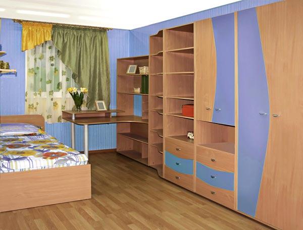 Со шкафом, стеллажами, кроватью и встроенным столом в мебельный гарнитур
