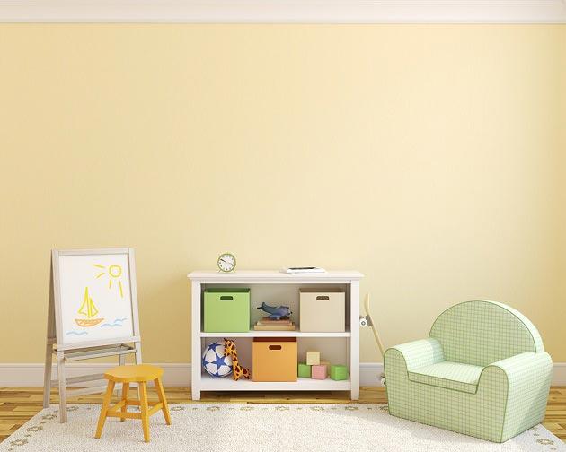 Низкий стеллаж в комнате маленького ребенка