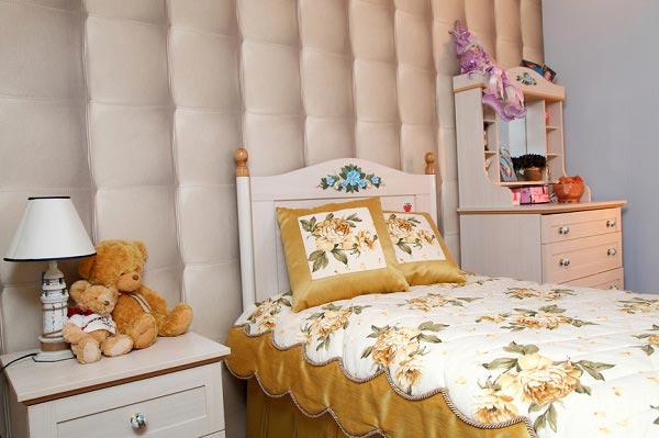 Кровать с текстилем в едином тоне