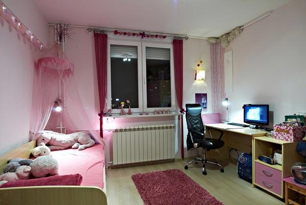 Оформление письменного стола и кровати для девочки