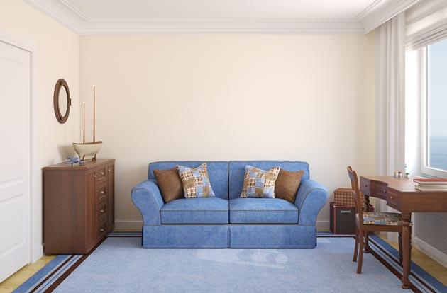 С синим диваном и коричневой мебелью