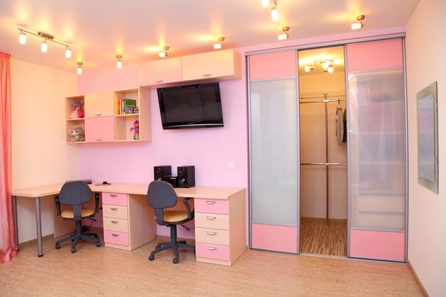 Угловой письменный стол и раздвижные двери в детской
