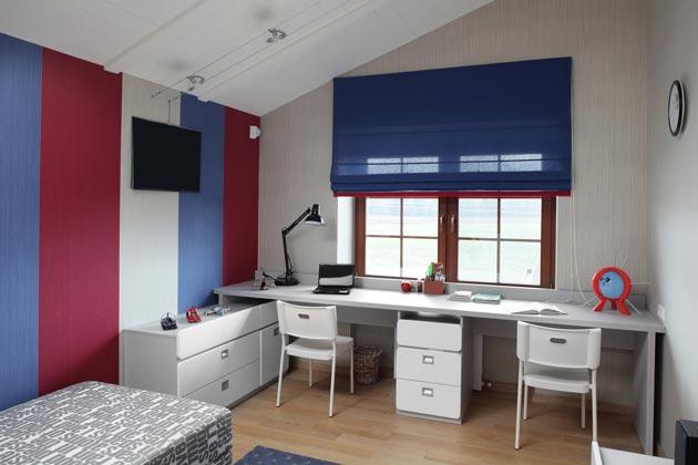 Общий письменный стол, разделенный тумбой с ящиками