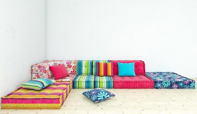 в стиле бохо с разноцветными подушками