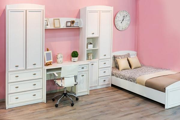 С белой мебелью и розовой отделкой стен