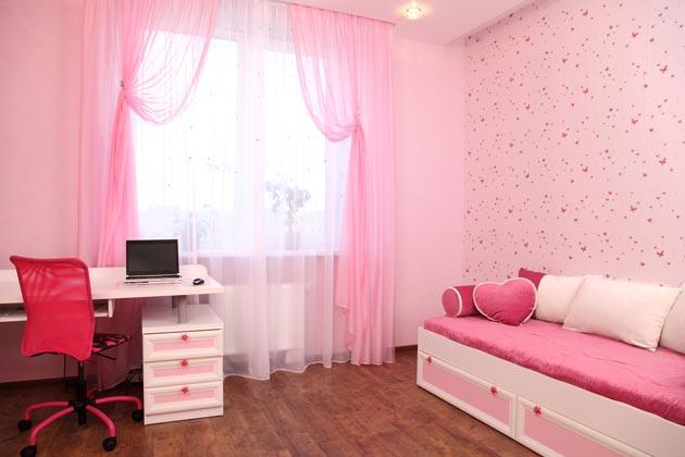 В нежно розовом цвете с невесомыми шторами и декоративными подушками