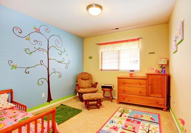 Милое дерево, нарисованное на стене в детской комнате