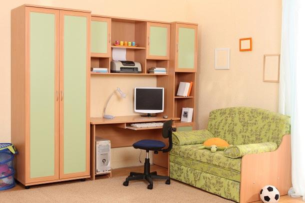 Компактный мебельный уголок со шкафом, диваном и столом для мальчика