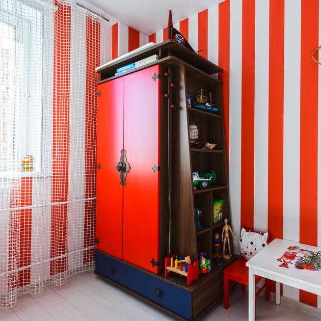 Вертикальная красно-белая полоска на стенах
