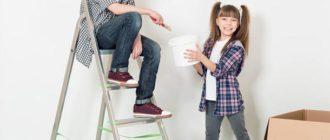 Мальчик и девочка красят стены в детской комнате