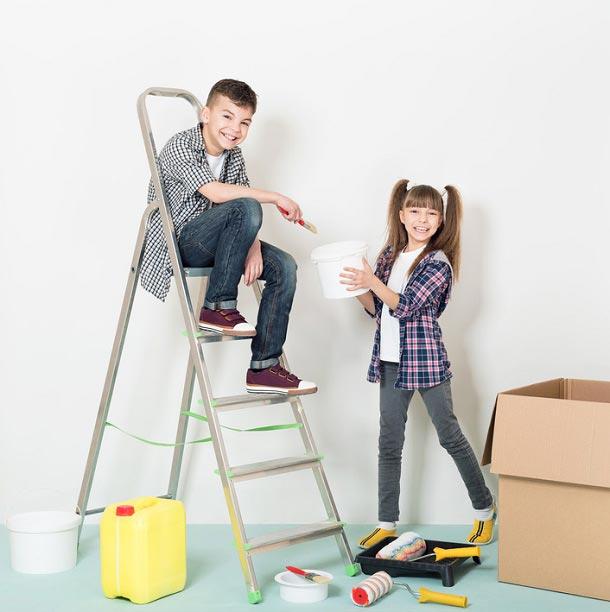 Дети помогают в окрашивании стен