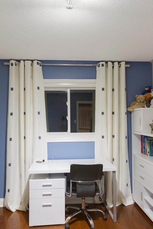 Красивые занавески в белом цвете с рисунком в детской комнате синего цвета