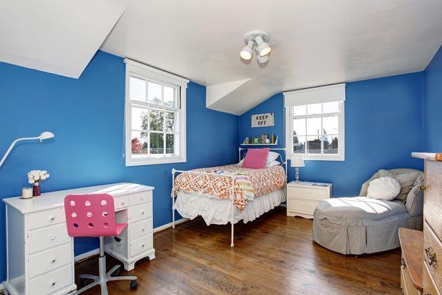 С белой мебелью на фоне синих стен