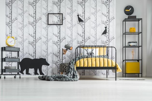 Черно-белый интерьер с яркими акцентами на текстиле в желтом цвете