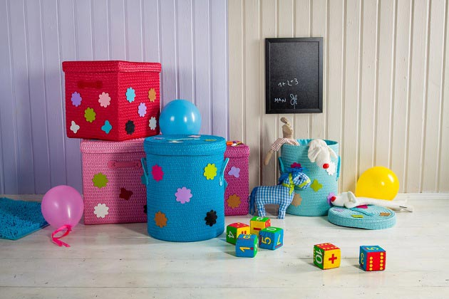 Разноцветные плетеные корзины для хранения игрушек