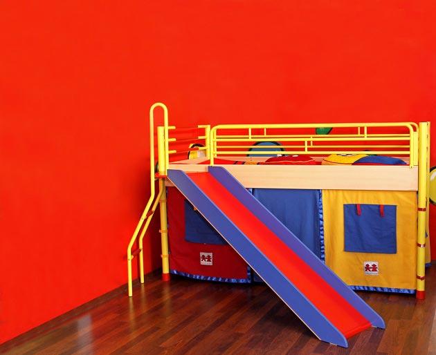 Кровать-чердак с игровым местом на нижнем ярусе
