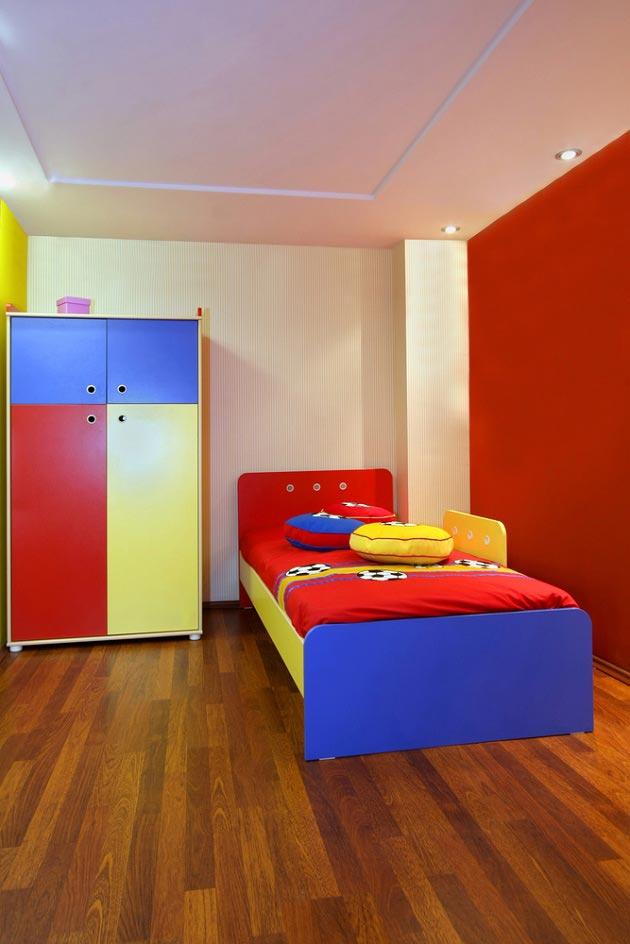 В сочетании с коричневым полом и разноцветной мебелью