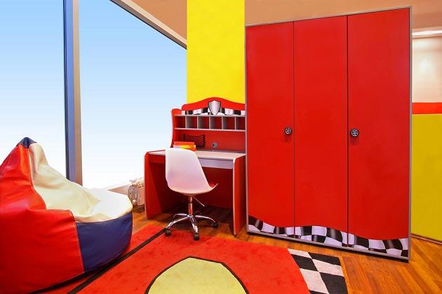 Шкаф и коврик как яркие акценты