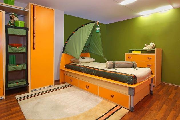 Кровать-палатка для мальчика и шкаф-стеллаж
