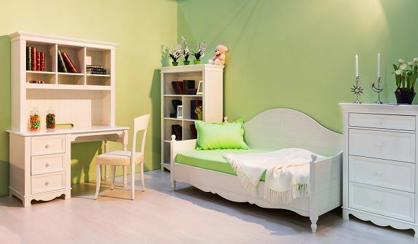 Дизайн комнаты в салатовом цвете с мебелью в классическом стиле