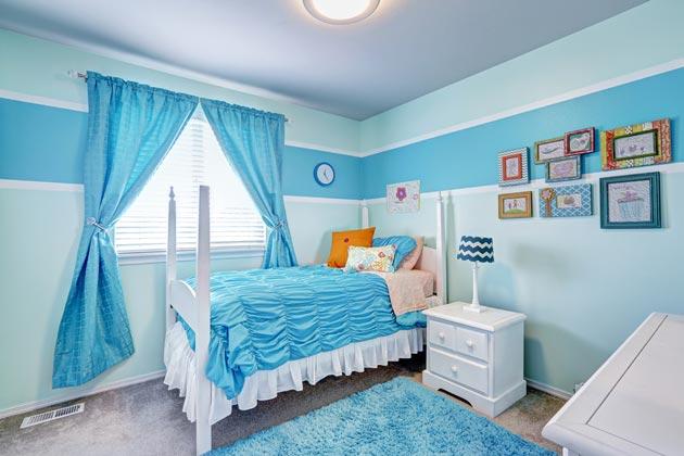 Голубой цвет в сочетании с белым в комнате для юной леди