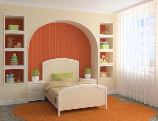 Кровать в нише со стеллажами