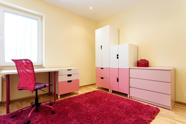 Простая и лаконичная мебель в бело-розовом цвете