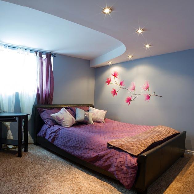 Со ступенчатым потолком и наименьшим освещением в спальной зоне