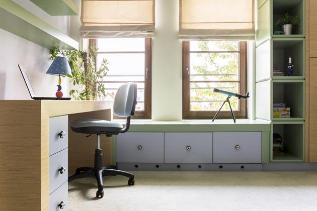 Использование пространства вокруг окна под полочки и стеллажи