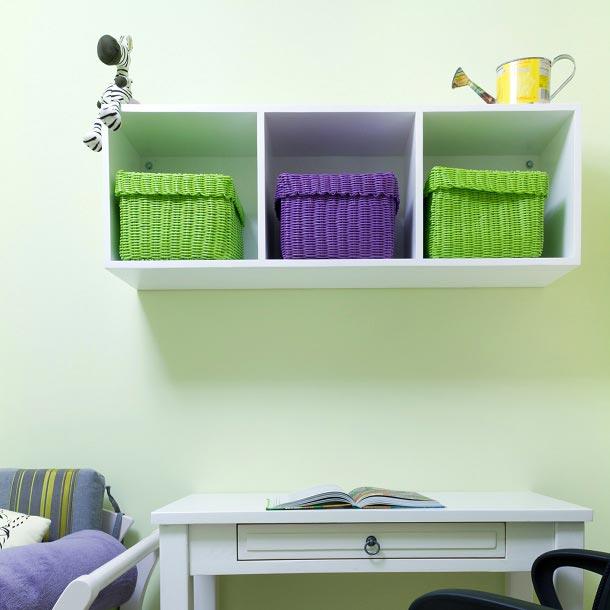 Разноцветные коробки для хранения игрушек и вещей в детской комнате