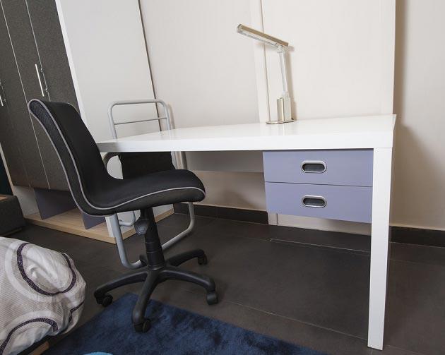 Белый стол с ящиками и кресло на роликах для подростка