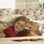 Мальчик с игрушкой в виде динозавра