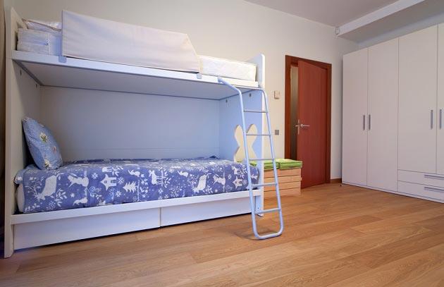 Двухъярусная кровать и большой шкаф