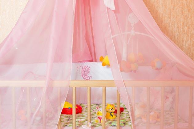 Балдахин и мобиль на кроватке для новорожденного
