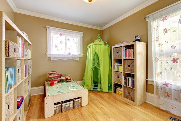 Комната для ребенка с кроватью, стеллажами и игровым домиком