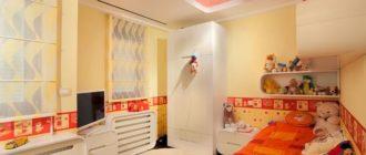 Глянцевый потолок в оранжевом цвете и декор в комнате девочки